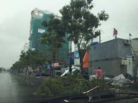 Nhiều công trình xây dựng bị bão đánh tả tơi.