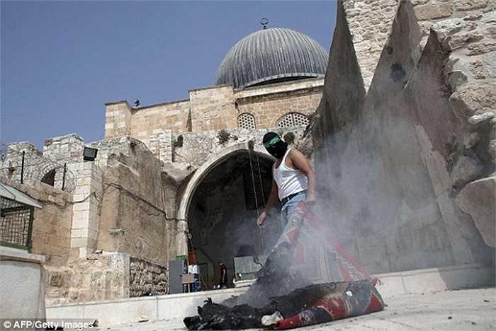 Người Palestine và cảnh sát Israel đụng độ tại khu đền thờ al-Aqsa ở Jerusalem hôm 13/9, chỉ ít giờ trước ngày đầu năm mới của lịch Do Thái.