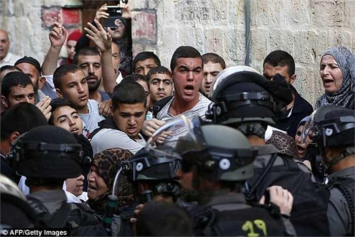 Những người dân Palestine được cho là đã tấn công các cảnh sát và dân thường Israel khác khi đến khu vực đền thờ này