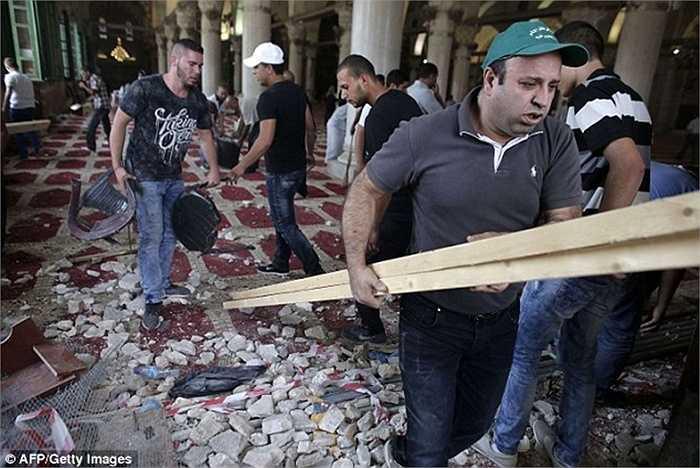 Còn Thủ tướng Israel Benjamin Netanyahu khẳng định cảnh sát nước này chỉ ngăn chặn các hành động bạo loạn