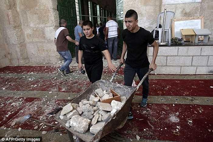 Trong khi đó, Thủ tướng Palestine, Mahmoud Abbas cho rằng đây là hành động tấn công người vô tội