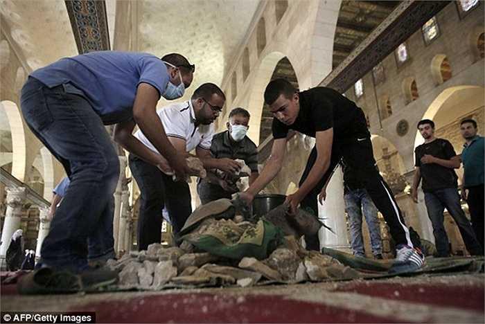 Nguyên nhân của vụ bạo động được cho là do người Hồi giáo không muốn những người ngoại đạo đến cầu nguyện tại đền thờ linh thiêng al-Aqsa