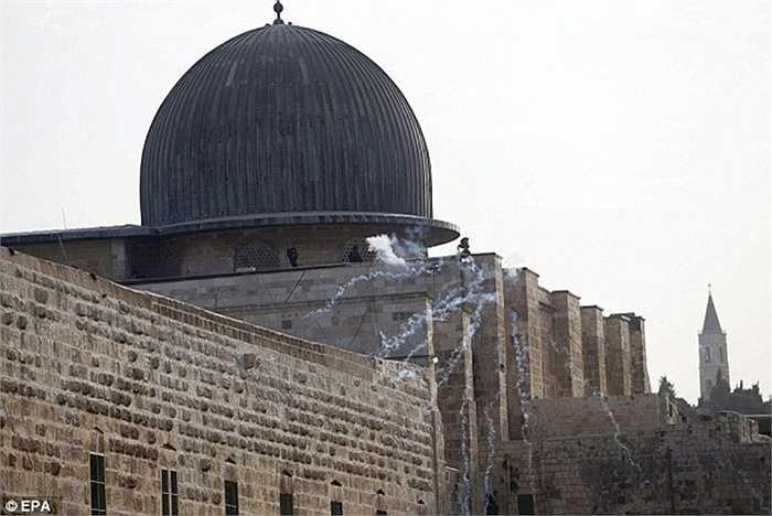 Những người Hồi giáo còn muốn đẩy những người ngoại đạo này ra khỏi khu vực đền thờ và cầu nguyện riêng