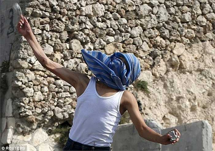 Những kẻ khơi nguồn bạo loạn được cho là đã bịt mặt và dùng đá tấn công mọi người
