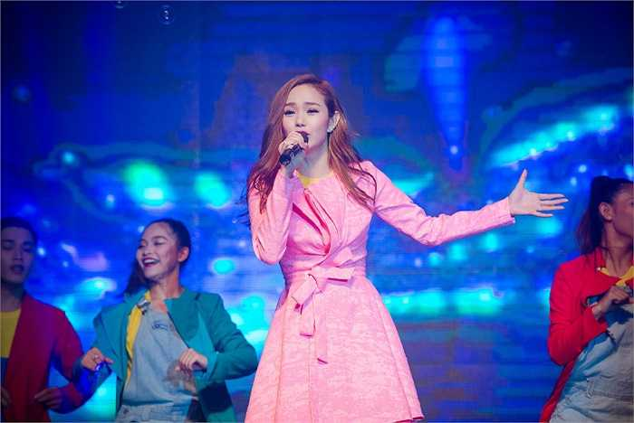 Trình diễn cùng Minh Hằng trên sân khấu là Ngô Kiến Huy.
