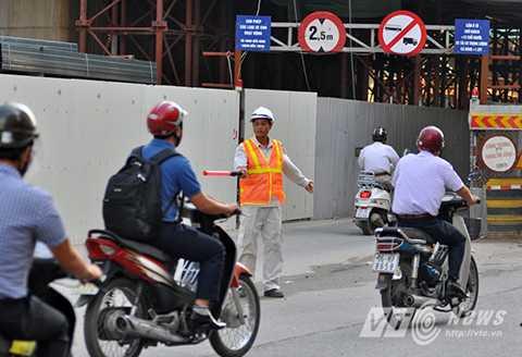 Khi lô cốt được mở cửa, công nhân của công trường sẽ có mặt để hướng dẫn giao thông.