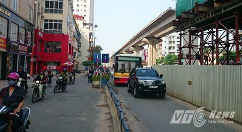 Trong khung giờ cao điểm, các phương tiện lưu thông qua đây sẽ đi theo 3 làn xe.
