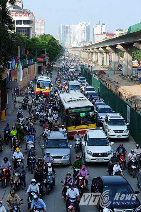 Ngã tư Nguyễn Trãi – Khuất Duy Tiến thời điểm 8 giờ sáng, tình trạng ách tắc giao thông đã không còn xảy ra.