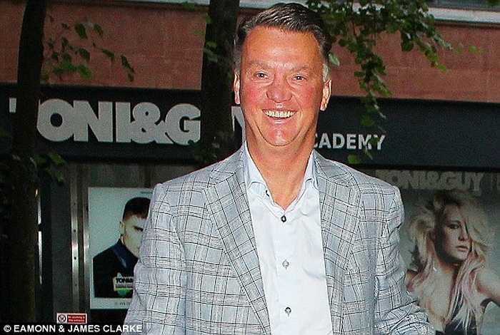 Van Gaal tỏ ra cực kỳ vui vẻ sau khi đại thắng Liverpool 3-1. Ông đưa vợ cùng một số người bạn đi ăn tối vào ngày chủ nhật