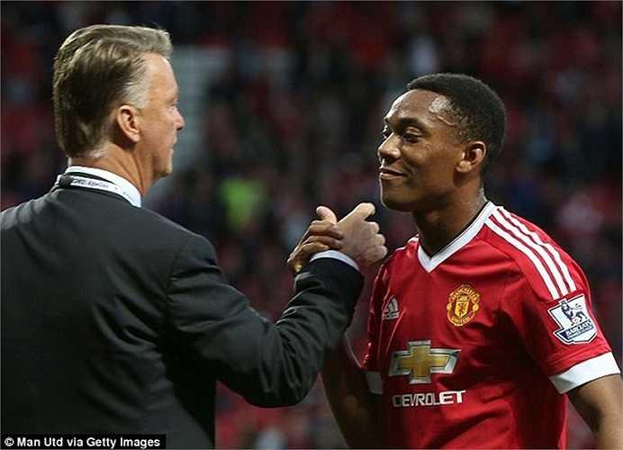 Ông xuống tận sân chúc mừng chân sút người Pháp sau bàn thắng ngay trận ra mắt MU