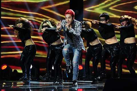 Mở màn chương trình, ca sĩ Sơn Tùng M- TP với vai trò khách mời đã khuấy động không khí trường quay với ca khúc Em của ngày hôm qua.