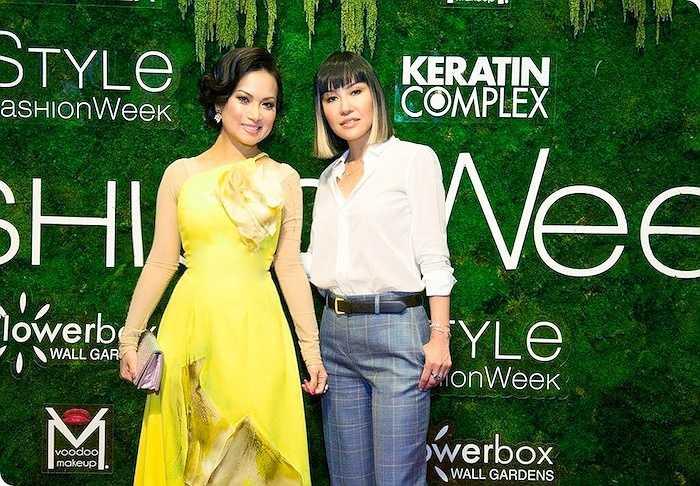 Hơn hết là phong thái tự tin, nụ cười duyên dáng thể hiện vẻ đẹp châu Á đằm thắm, cô  đã liên tục được chào đón phỏng vấn của giới truyền thông Mỹ như SMTV, New York Fashion Times… cho đến tận sát giờ vào sân khấu cùng với nhân vật chính, nhà thiết kế Quỳnh Paris.