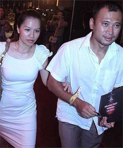 MC Long Vũ là một bình luận viên thể thao nổi tiếng. Bà xã của anh là Thu Lan, một biên tập viên mảng thời trang làm việc tại đài truyền hình Việt Nam cùng với Long Vũ.