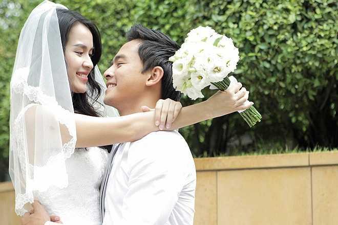 Cặp vợ chồng trẻ Tú Vi và Lê Văn Anh nên duyên từ bộ phim Bếp hát. Chuyện phim giả tình thật khiến nhiều fan của chàng diễn viên răng khểnh Phía trước là bầu trời không khỏi bất ngờ.