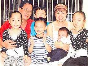 Đạo diễn Tất Bình và diễn viên Lan Hương 'Em bé Hà Nội' là một cặp vợ chồng thành danh với nhiều tác phẩm để đời trên màn ảnh Việt. Ít ai biết rằng NSND Lan Hương từng trải qua một lần đò khi mới 18 tuổi. Sau này, chị lấy NSUT Tất Bình và sống hạnh phúc suốt 25 năm qua. Giờ đây họ đã lên chức ông bà và sống sum vầy bên con cháu.