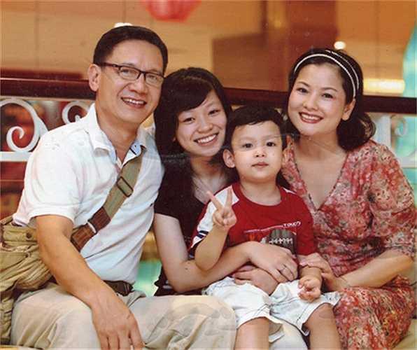 Ít người biết NSƯT Phạm Cường và NSƯT Thu Quế là một cặp. Hiện tại, họ đã có một cô con gái lớn và một cậu con trai kháu khỉnh.
