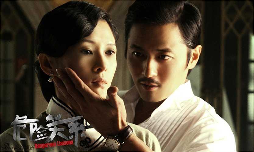 Jang Dong Gun - Chương Tử Di: Cũng trong bộ phim Quan hệ nguy hiểm, anh chàng trăng hoa Tạ Dịch Phàm của Jang Dong Gun còn có mối tình hết sức phức tạp với người đẹp Đỗ Phấn Ngọc của Chương Tử Di.