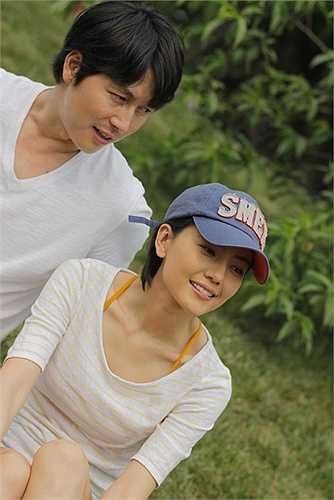 Cao Viên Viên - Jung Woo-sung: Bộ phim Cơn mưa tình yêu/A Good Rain Knows (2009) là câu chuyện tình giữa cô nàng Ngũ Nguyệt (Cao Viên Viên) và chàng trai Hàn Quốc điển trai Dong Ha (Jung Woo-sung).