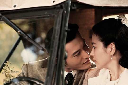 Song Hye Kyo - Huỳnh Hiểu Minh: Trong phim Thái Bình Luân (2014), Song Hye Kyo một lần nữa sánh đôi cùng tài tử điển trai của điện ảnh Hoa ngữ là Huỳnh Hiểu Minh. Trong phim, Huỳnh Hiểu Minh vào vai viên sĩ quan Lôi Nghĩa Phương, chồng của người đẹp Chu Uẩn Phân (Song Hye Kyo). Cặp đôi dù phải cách trở bởi chiến tranh nhưng họ luôn mong ngóng khoảnh khắc đoàn tụ.