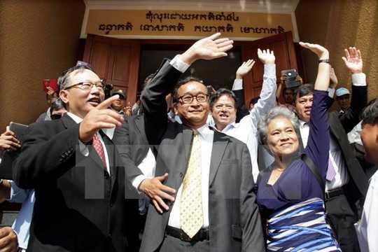 Chủ tịch CNRP Sam Rainsy (giữa) tới tòa án ở Phnom Penh - Ảnh: TTXVN