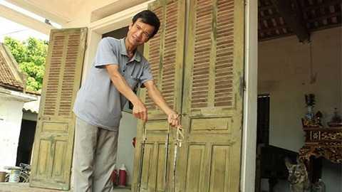 Một người dân sống gần trại nuôi rắn cầm 3 con rắn hổ mang bắt được - Ảnh: V.N.K