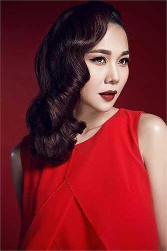 Trong những bộ cánh lần này, siêu mẫu Thanh Hằng tiếp tục là 'nàng thơ Đỏ' – của Công Trí.