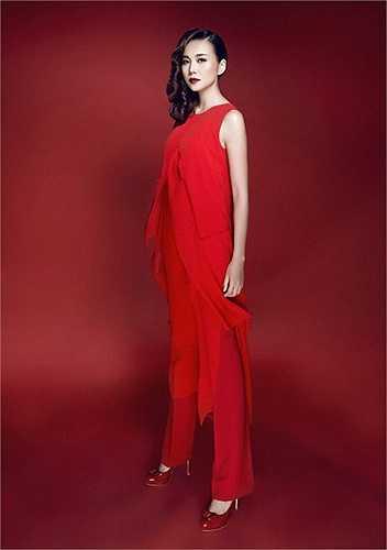Với gam đỏ xuyên suốt, Thanh Hằng đã thể hiện thành công bộ ảnh đẹp tinh tế với đầm dạ hội, đầm đuôi cá, áo voan, đầm hoa… được thiết kế tỉ mỉ từng đường chi tiết, tôn vẻ đẹp cơ thể của người phụ nữ và mang tính ứng dụng cao thích hợp dành để đi tiệc hay dạo phố, đi sự kiện…