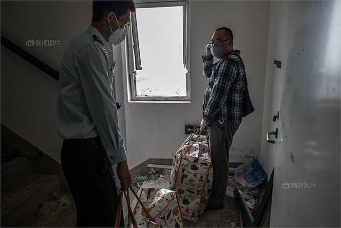Di tản khỏi nơi bị ảnh hưởng sau vụ nổ. Chính quyền Thiên Tân quy định mỗi chủ căn hộ chỉ được có tối đa 2 người chuyển đồ, một cảnh sát vũ trang và một nhân viên nhà nước sẽ tới hỗ trợ