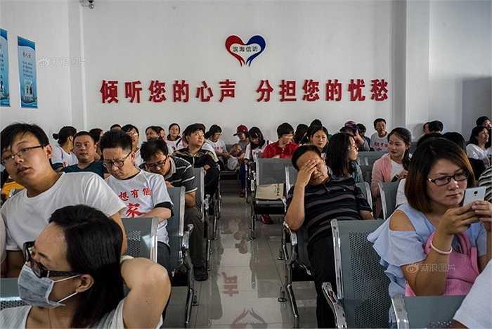 Cuộc họp giữa người dân và chính quyền. Dòng chữ Trung Quốc trong ảnh nghĩa là: Lắng nghe tâm sự của bạn, chia sẻ nỗi lo của bạn.