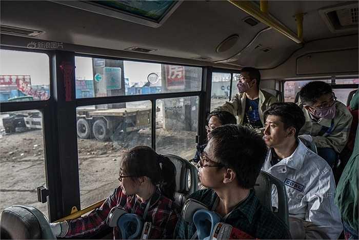 Những người bị thiệt hại về nhà cửa trong vụ nổ kho Thiên Tân đi xem hiện trường vụ nổ. Những người này nói mức bồi thường là quá thấp