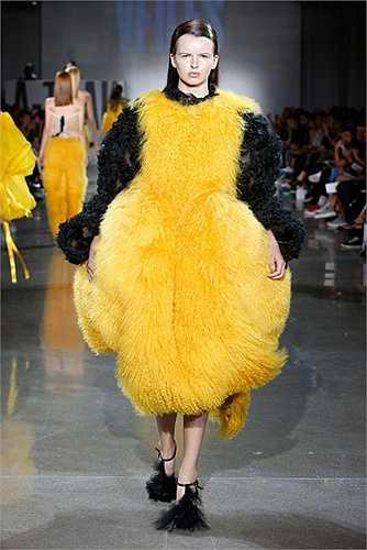 Cô gà bông khổng lồ trong show của VFILES