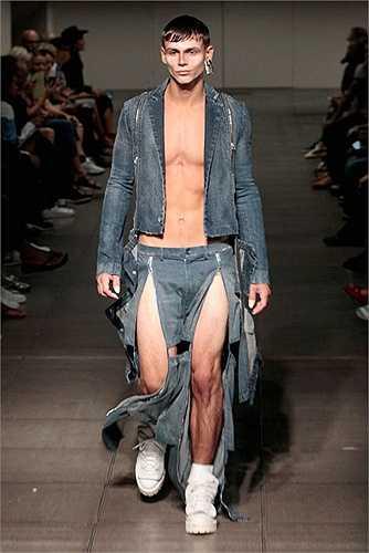 Đàn ông cũng có quyền mặc váy xẻ nhiều tà