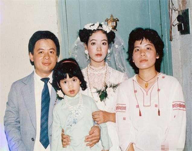 Loạt ảnh cưới 20 năm tuổi của nữ diễn viên gạo cội được nhiều khán giả thích thú vì sự giản dị và mộc mạc.