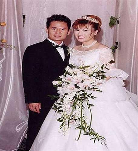 Bức ảnh cưới hiếm hoi của nam ca sỹ Bằng Kiều và vợ cũ, Trizzie Phương Trinh. Cặp đôi kết hôn năm 2002 và ly hôn năm 2013.
