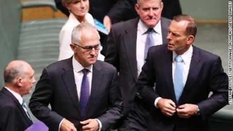 Ông Tony Abbott (phải) và ông Malcolm Turnbull
