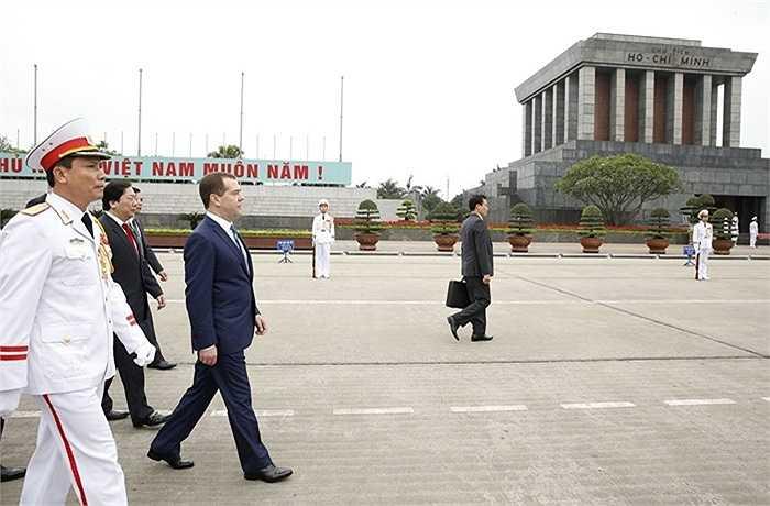 Thủ tướng Nga Dmitry Medvedev trong nghi lễ đặt vòng hoa tại Lăng Chủ tịch Hồ Chí Minh ngày 6/4/2015