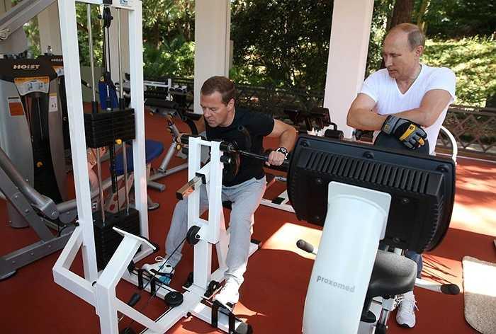 Tổng thống Nga Vladimir Putin và Thủ tướng Dmitry Medvedev bắt đầu buổi sáng chủ nhật bằng bài tập khởi động, sau đó chuyển sang tập trên máy