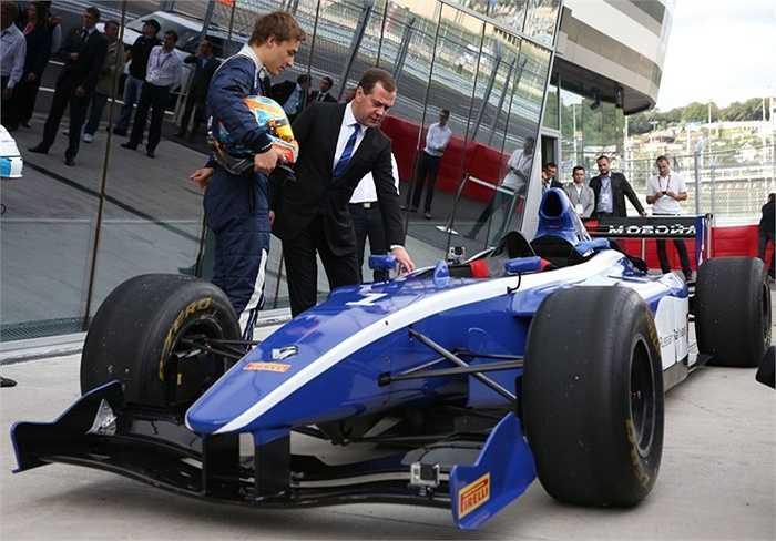 Ông Medvedev xem một chiếc xe đua trong chuyến thăm đường đua Sochi Autodrom