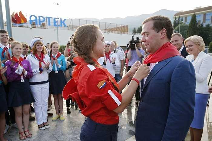 Thủ tướng chính phủ Nga Dmitry Medvedev trong chuyến thăm Trung tâm thiếu nhi Quốc tế Artek