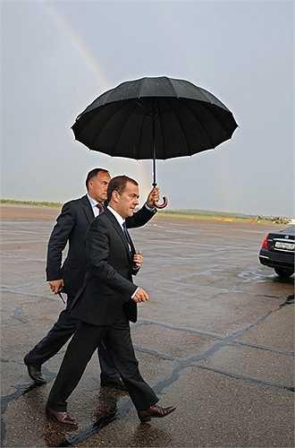 Thủ tướng Nga Dmitry Medvedev tại sân bay trước giờ khởi hành từ Blagoveshchensk