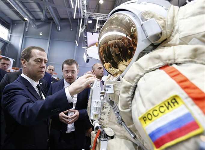 Ông Medvedev trong chuyến thăm triển lãm quốc tế Innoprom-2015 tại Yekaterinburg