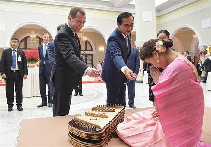 Thủ tướng Nga Dmitry Medvedev và Thủ tướng Thái Lan Prayuth Chan-ocha ở Bangkok