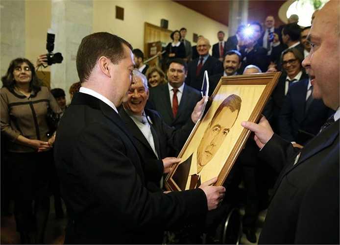 Thủ tướng Nga Dmitry Medvedev trong một cuộc họp tại Ufa với các thành viên khu vực của Đảng Nước Nga thống nhất