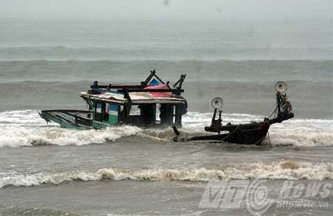 Hàng loạt tàu cá ngư dân, bị sóng đánh chìm, bão số 3, miền trung
