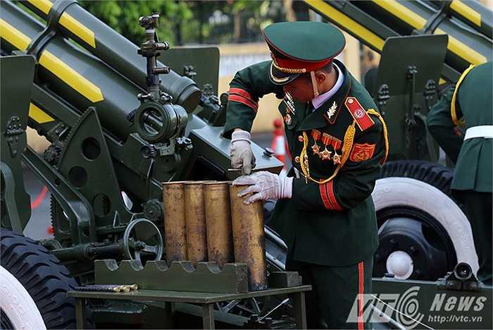 Pháo lễ lần này sử dụng đạn 105 mm có vỏ liều bằng đồng, ứng dụng công nghệ gia công ren lần đầu tiên, có thể thay thế được cụm liều mồi và tận dụng vỏ liều sử dụng lại nhiều lần, giúp tiết kiệm chi phí tối đa trong quá trình huấn luyện.