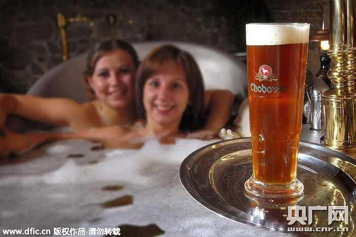 Đất nước Cộng hòa Séc nổi tiếng với loại bia ngon có tiếng. Mới đây, một khách sạn ở nước này đã cung cấp dịch vụ spa bằng bia hấp dẫn nhiều chị em