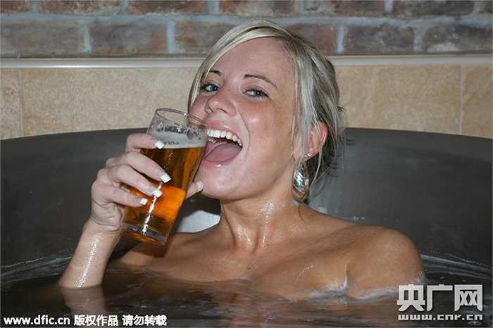 Chị em đến với spa được ngâm mình trong bồn với bia đen và thưởng thức bia trong khi tận hưởng cảm giác thoải mái
