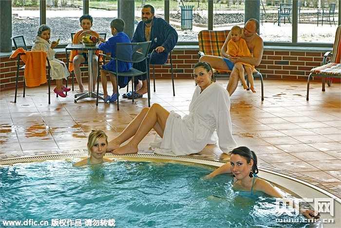 Bể bơi trong nhà để tận hưởng sự thoải mái sau khi xông hơi