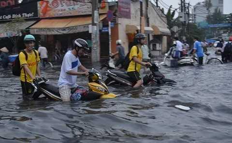 Sài Gòn chìm trong cơn mưa to khủng khiếp người dân Sài Gòn khóc tuyệt vọng giữa biển nước