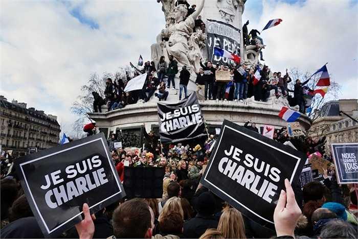 1. Khủng bố Charlie Hebdo. Tạp chí châm biếm của Pháp đã bị khủng bố tấn công sau khi họ đăng tải hình ảnh gây động chạm đến cộng đồng Hồi giáo. Bọn khủng bố xâm nhập và giết chết 11 trước khi bỏ trốn.